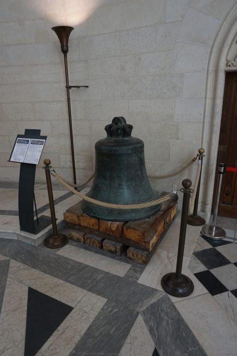 Венсенский замок. Оригинальный колокол в часовне