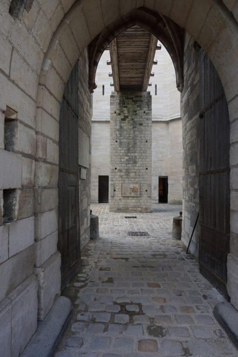 Венсенский замок. Вход через внешние стены донжона
