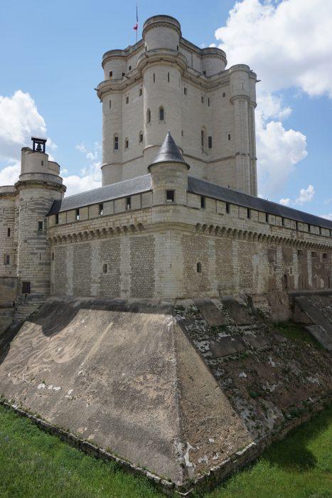 Венсенский замок. Общий вид, в правой части видна прямоугольная пристройка