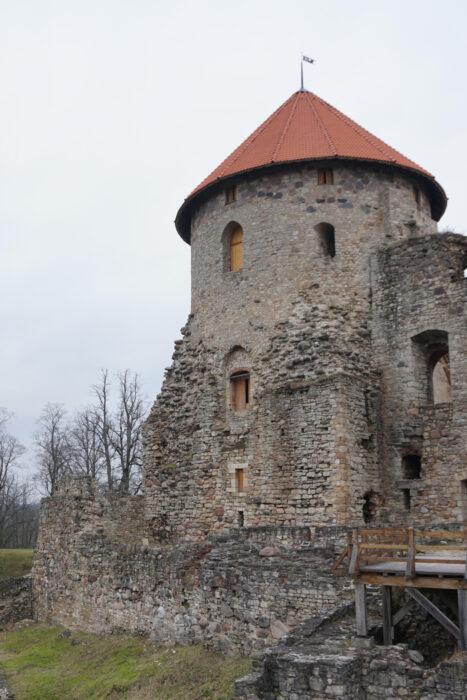 Цесис. Западная башня замка со стороны входа