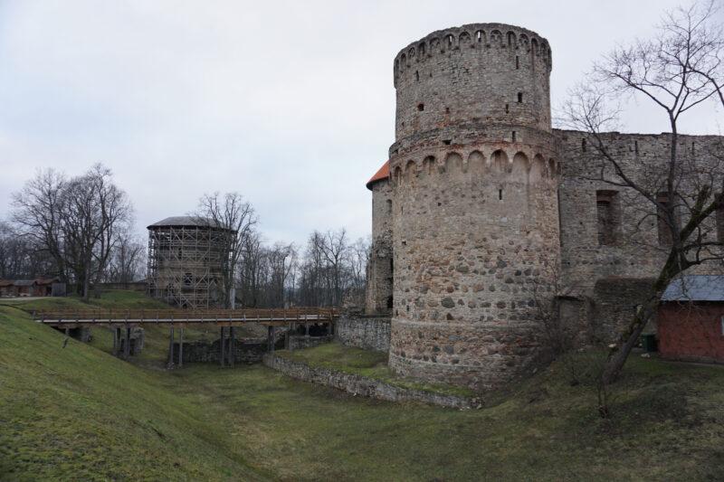 Цесис. Ров перед замком и мост через него