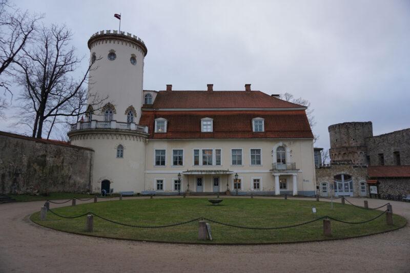 Цесис. Купеческий дом с башней Ладемахера