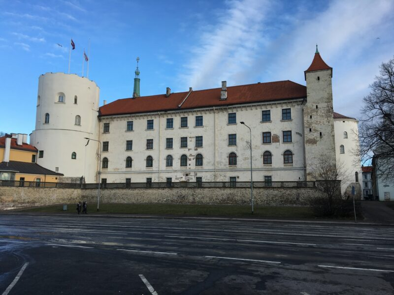 Рижский замок. Слева башня Святого Духа, правее по этой же стене прямоугольная башня, за ней - Свинцовая