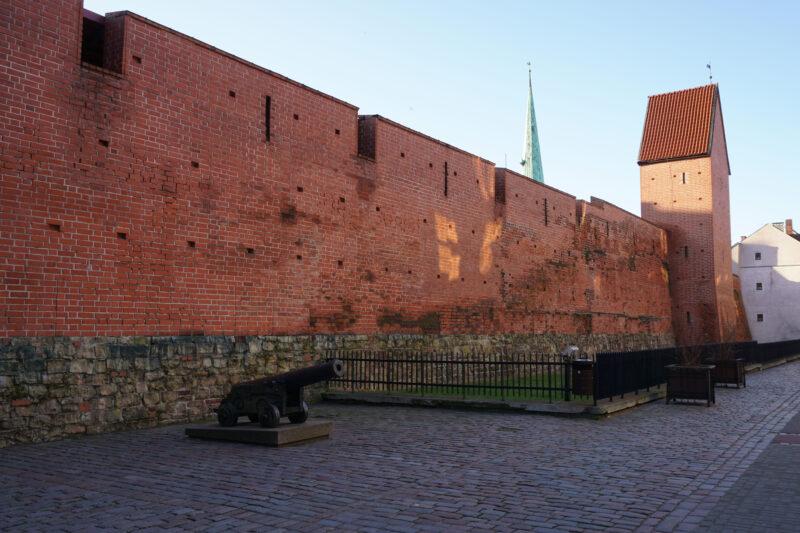 Рига. Фрагмент стены и башня Рамера со стороны улицы Торня