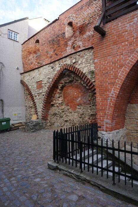 Рига. Нереконструированный участок стены вдоль улицы Трокшню