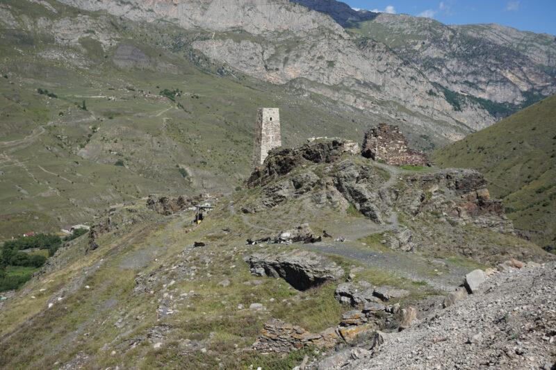Северная Осетия. Уалласых. Галуан и башня на скальной террасе