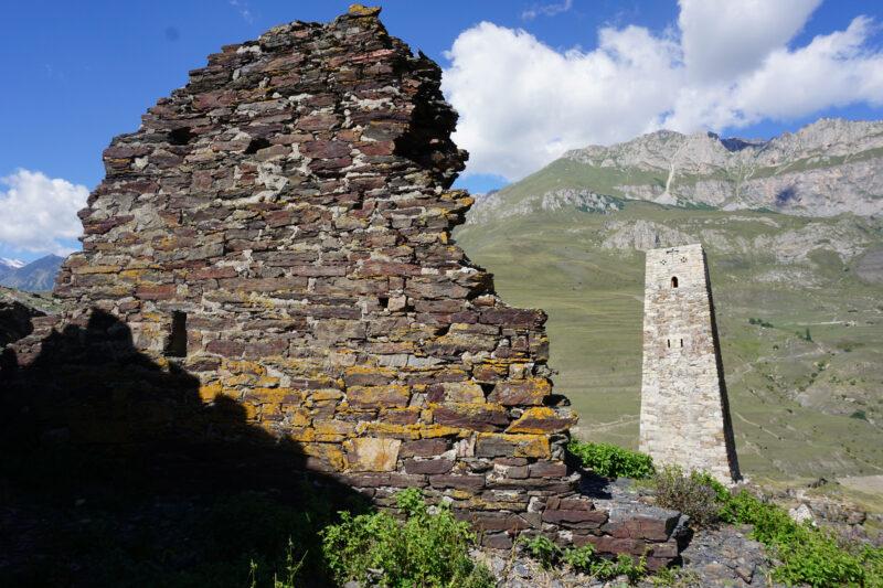 Северная Осетия. Уалласых. Стена жилой постройки и башня Курта и Тага