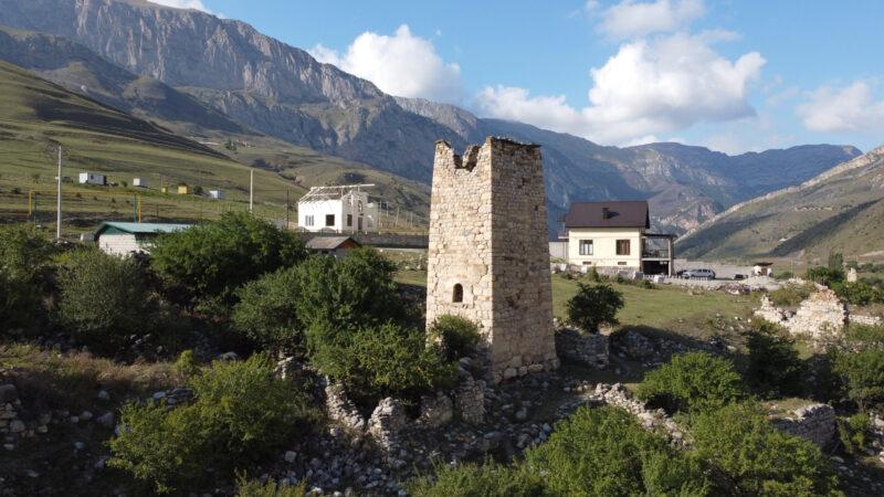 Северная Осетия. Даллагкау. Башня Бритаевых с руинами жилых построек