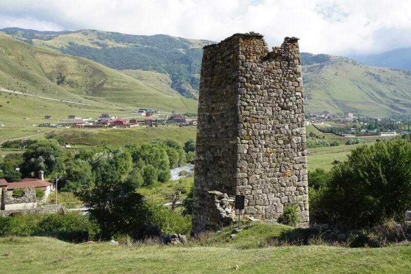 Северная Осетия. Даллагкау. В верхней части башни Бритаевых видны остатки машикулей