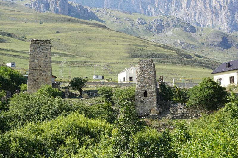 Северная Осетия. Даллагкау. Башня Бритаевых слева, башня Тезиевых справа
