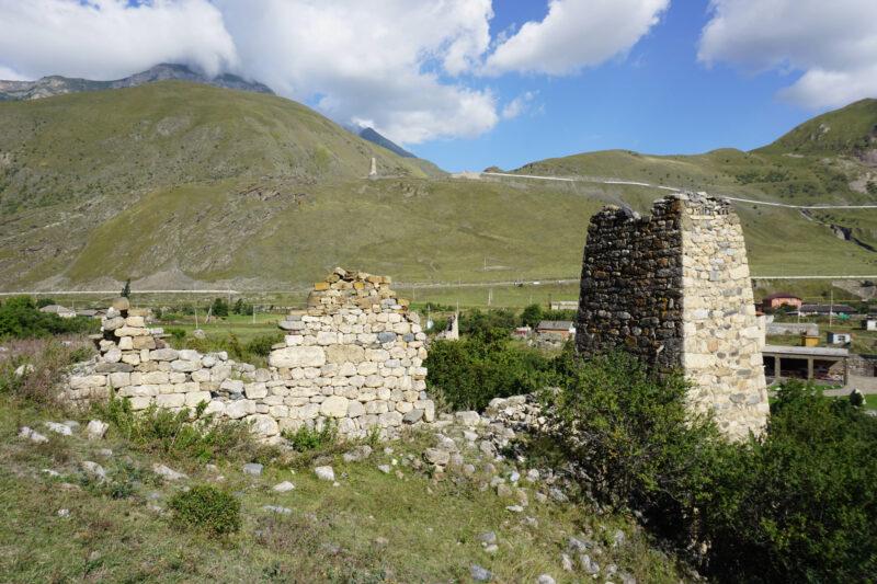 Северная Осетия. Даллагкау. Башня Тезиевых и фрагмент стены жилой постройки