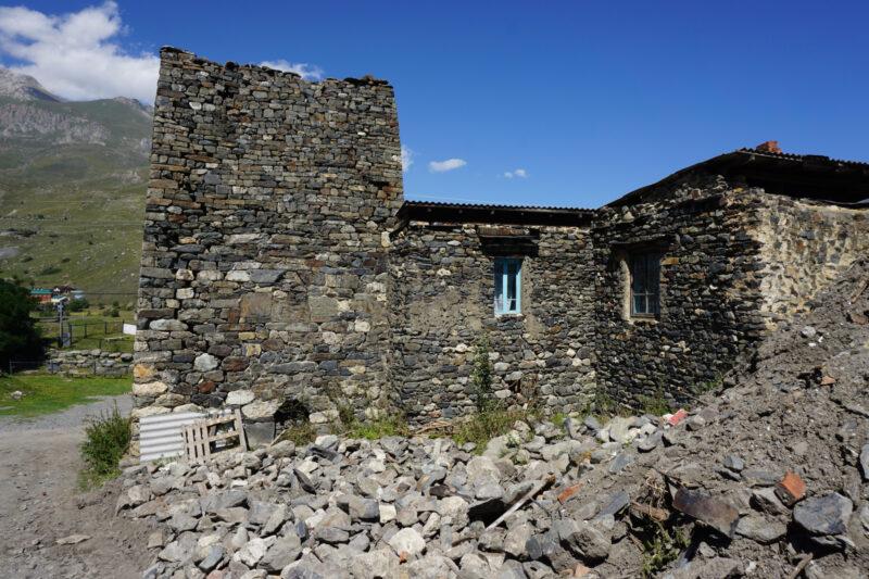 Северная Осетия. Лац. Башня Хадиковых и окружающие жилые постройки