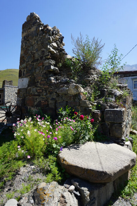 Северная Осетия. Лац. Чашечный камень и руины башни