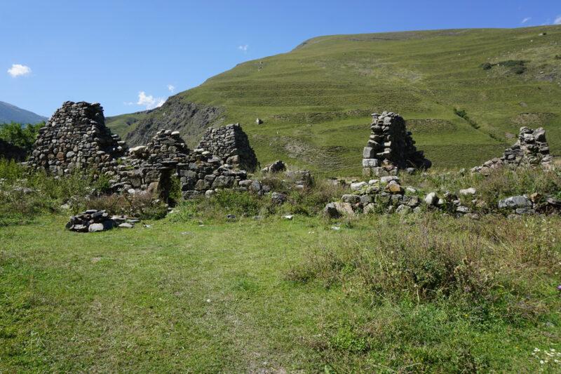 Северная Осетия. Хидикус. Руины построек в восточной части села